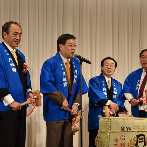 鏡開きのステージには任期満了間近の山田啓二 前京都府知事も