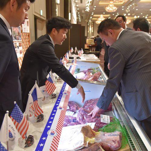 食肉卸メーカー各社の協賛ブースも賑わっています